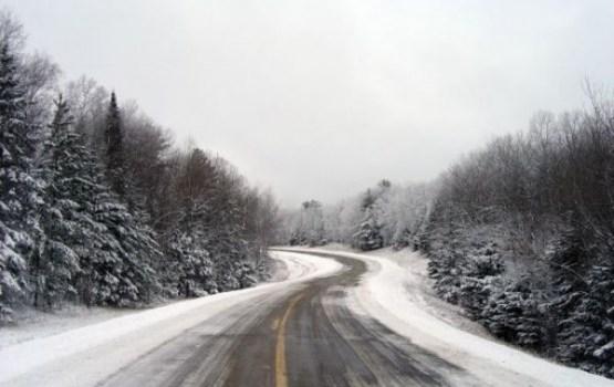 Autovadītāju uzmanībai: atsevišķos posmos ceļi apledojuši