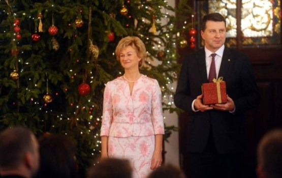 Prezidents ar kundzi sveiks Bērnu slimnīcas mazos pacientus Ziemassvētkos