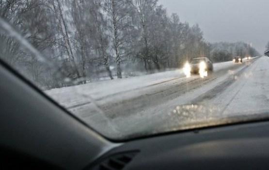 Pirmdien daudzviet sniegs apgrūtina braukšanu
