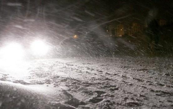 Sniegs un apledojums uz valsts galvenajiem autoceļiem apgrūtina braukšanu