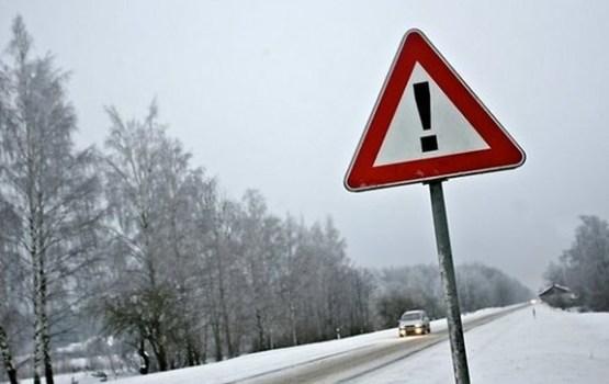 Sniegs un apledojums apgrūtina braukšanu