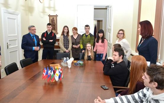 Skolēn iepazīstas ar Daugavpils pašvaldības darbu