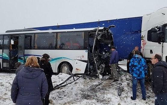 Avārijā uz Ventspils šosejas smagi cietis autobusa šoferis