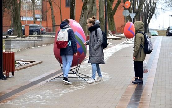 Olu galerijas dekori rotā Rīgas un Muzeja ielas