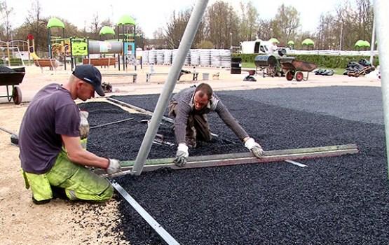 Atsākti darbi bērnu rotaļu laukumā Centrālajā parkā