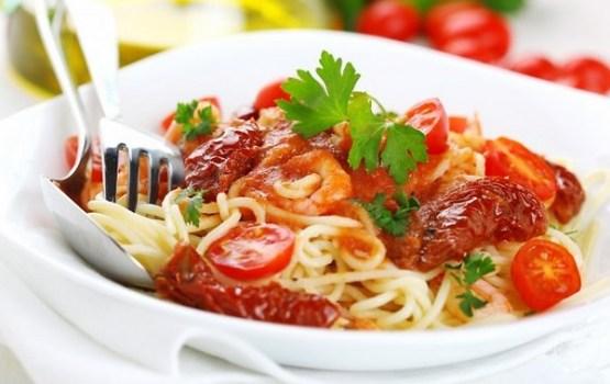 Ātrie makaronu un svaigu tomātu salāti