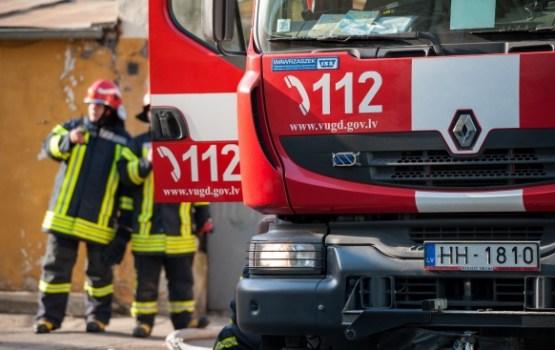 Ugunsgrēkos izglābti 10 cilvēki; glābšanas darbu laikā cietis ugunsdzēsējs