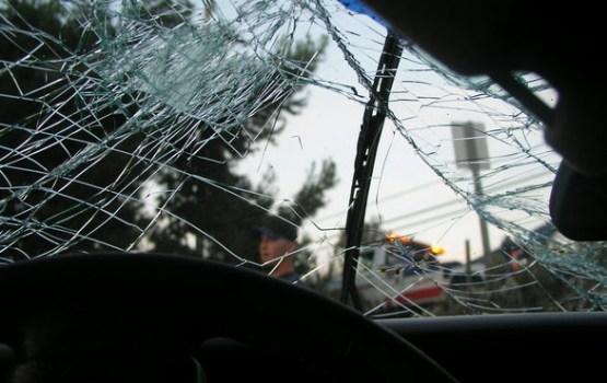 Iebraucot kokā, bojā gājis BMW automašīnas pasažieris