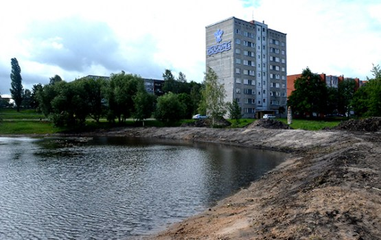 Notiek Gubiščes ezera krastu tīrīšana