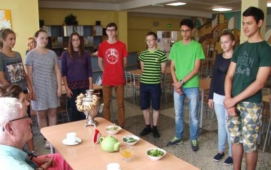 Amerikāņu brīvprātīgie māca bērniem angļu valodu