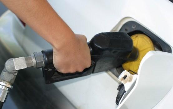 Turpinās degvielas cenu kritums