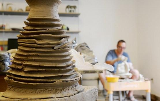 Turpinās I Latvijas starptautiskā keramikas biennāle