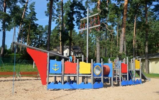 """""""Stropu Vilnis"""" pludmalē ierīkots rotaļu komplekss"""