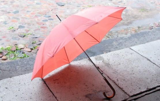 Pirmdien daudzviet īslaicīgi līs