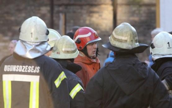Ugunsgrēkā Talsu pusē cietis ugunsdzēsējs