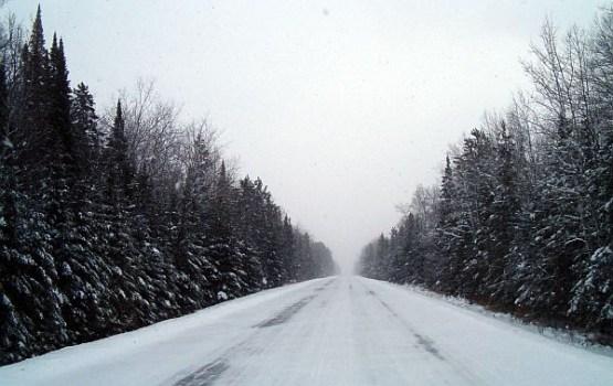 Šorīt sniega un apledojuma dēļ apgrūtināta braukšana visā Latvijā
