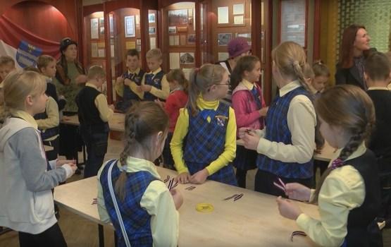 Daugavpils pilsētas muzejā turpinās sarkanbaltsarkano lentīšu locīšanas akcija
