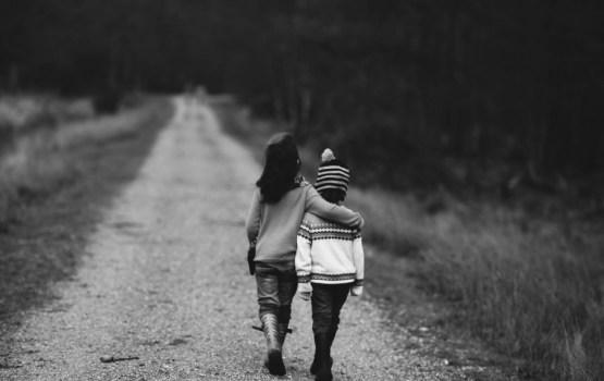 """""""Eurostat"""": nabadzības riskam pakļauto bērnu īpatsvars Latvijā ir astotais lielākais ES"""