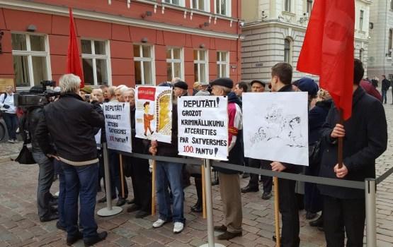 Pie Saeimas piketēs pret mikrouzņēmumu nodokļa likvidēšanu