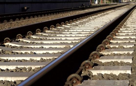 Dārziņos divi vilcieni sadūrušies ar automašīnu