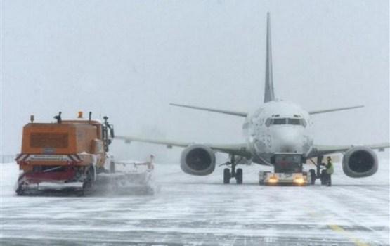 Puteņa dēļ Rīgas lidostā nenosēžas trīs lidmašīnas; reisi kavējas