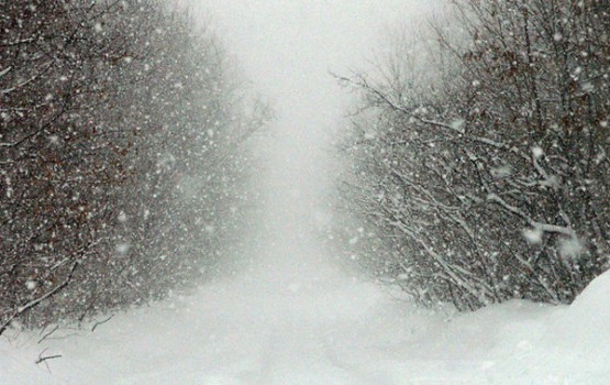 Sniegs un putenis apgrūtina braukšanu visā Latvijā