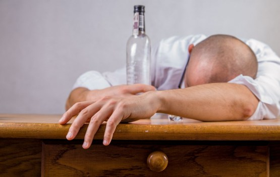 Vāc parakstus par alkohola iekļaušanu narkotisko vielu sarakstā