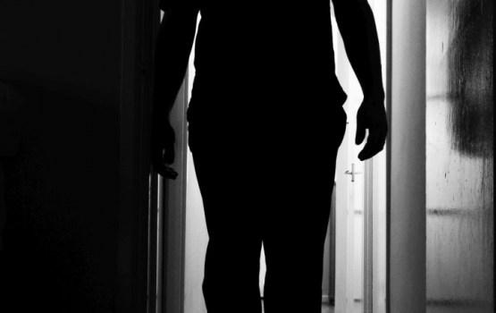 Aizdomās par seksuālu uzbrukumu mazgadīgai meitenei Ķengaragā aiztur nepilngadīgo