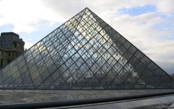 Trauksme Francijā: Pie Luvras muzeja sašauts uzbrucējs