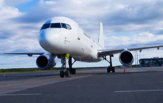 """Lidostā """"Rīga"""" uz skrejceļa saslīdējis """"Vim Airlines"""" gaisa kuģis"""