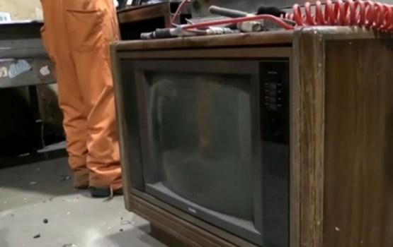 """Televizorā atrasti """"aizmirsti"""" 100 000 dolāri"""