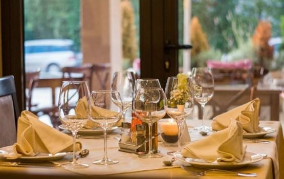 Aptauja: Latvijas iedzīvotāji vakariņām ārpus mājām tērē ievērojami mazāk naudas nekā Igaunijā un Lietuvā