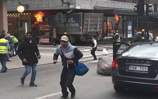 Zviedrijas policija: Autofurgonu pūlī ietriecis aizturētais vīrietis