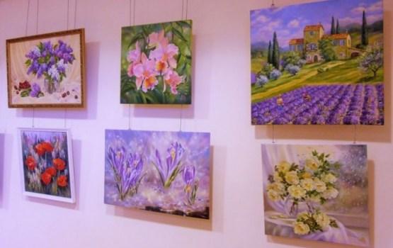 """Lilijas Buročkinas gleznu izstāde """"Ziedu noskaņojums"""" Piekrastes bibliotēkā"""