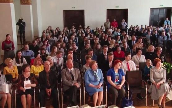 Apbalvoti Daugavpils labākie skolēni un skolotāji