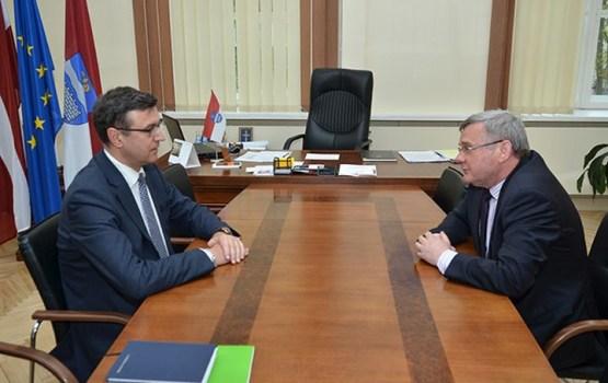 Pirmais no ministriem Daugavplī ieradies labklājības ministrs Jānis Reirs