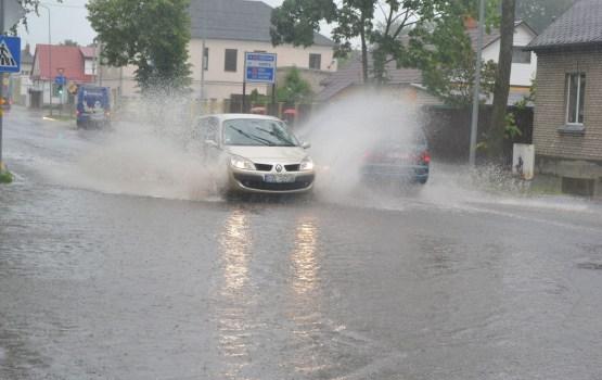 Daugavpilī nolijusi trešdaļa mēneša normas; daudzviet lietusgāzes vēl tikai gaidāmas