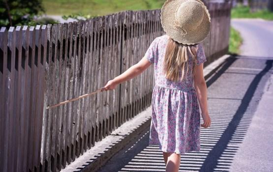 Bērniem ceļojot uz Lielbritāniju vai Īriju, vairs nebūs nepieciešama notariāli apstiprināta pilnvara vai vecāku piekrišana