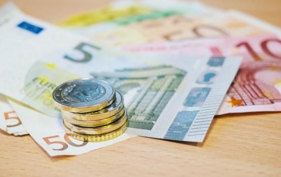 Finanšu ministre: panākta vienošanās minimālo algu nākamgad celt līdz 430 eiro