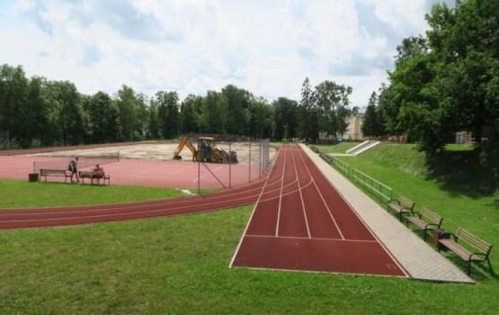 Skolas stadionā atjauno futbola laukumu