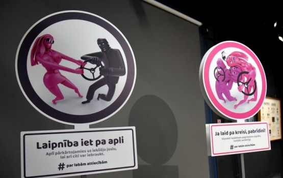 CSDD ar asprātīgām ceļa zīmēm uzsākusi kampaņu, lai celtu braukšanas kultūru uz Latvijas ceļiem