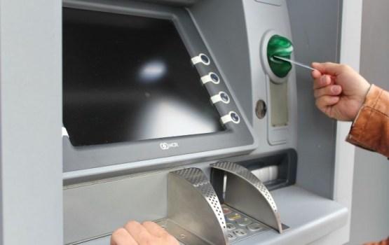 """""""Swedbank"""" klientiem turpmāk būs jāmaksā par skaidras naudas izņemšanu """"DNB Bankas"""" bankomātos"""