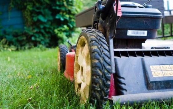 Pakļūstot zem pļaujmašīnas, četrus gadus veca meitenīte zaudē divus kājas pirkstus