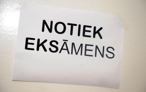 Valdība atbalsta noteikumus, kas nosaka 9. un 12.klašu skolēniem eksāmenus kārtot tikai latviešu valodā