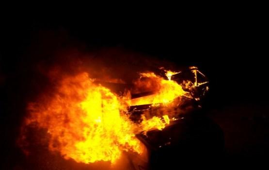 Mēģinot nodzēst liesmas automašīnā, ugunsgrēkā cietis vīrietis