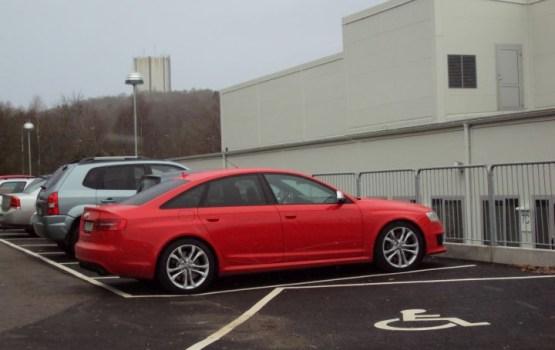 Aptauja: Latvijas autovadītāji par drošāko automašīnas krāsu uzskata sarkano