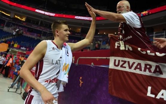 Latvijas basketbolisti izcīna uzvaru pār Krieviju un pretendē uz pirmo vietu EČ apakšgrupā