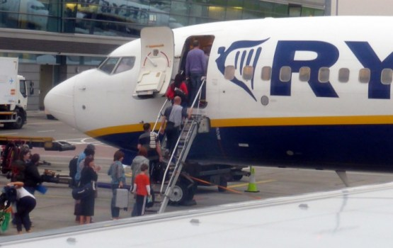 «Ryanair» samazinās maksu par nododamo bagāžu un palielinās tās pieļaujamo svaru