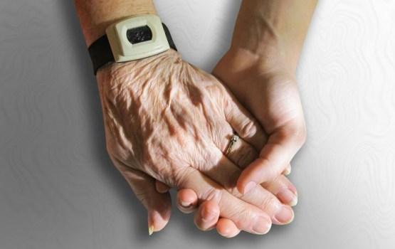 Aptauja: Latvijā 87% iedzīvotāju uzskata, ka ir informēti par vecāku un vecvecāku veselības stāvokli