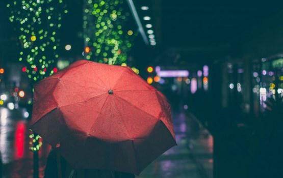 Ceturtdien gaidāmas lietusgāzes un brāzmains vējš
